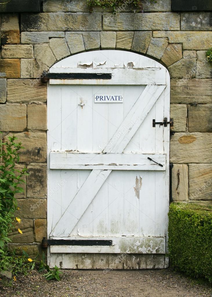 Vieille porte en bois blanc pour jardin clos photo 21814671 for Jardin clos