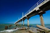Piękne błękitne niebo z betonowe molo — Zdjęcie stockowe
