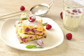 Cottage cheese pie with raspberries sprinkled with powdered sugar — Stock Photo