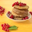 Stack of pancakes with fresh red currants — Stock Photo