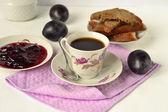 烤面包,李子果酱和咖啡吃早餐 — 图库照片