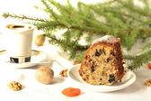 Pudding med torkad frukt och nötter med fir gren i bakgrunden — Stockfoto