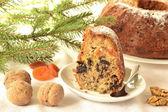 Pudim com frutas secas e castanhas com ramo de abeto no fundo — Foto Stock