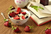 Cottage cheese with fresh berries — Stock Photo
