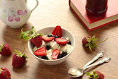 Cottage cheese with fresh berries — Foto de Stock