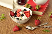 Cottage cheese with fresh berries for healthy breakfast — Zdjęcie stockowe