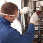 eletricista verificar o medidor de energia — Foto Stock