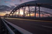 当代桥梁上的角度来看日落 — 图库照片