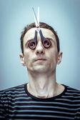 Retrato do cara com uma tesoura-máscara no rosto. — Fotografia Stock