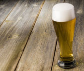 стеклянное пиво на фоне древесины с copyspace — Стоковое фото
