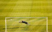 Gardien de football soccer en plongeant — Photo