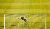 Portiere di calcio calcio facendo immersione salva — Foto Stock