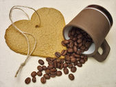 Galleta de corazón y granos de café — Foto de Stock