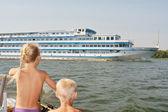 大きなクルーズ船を見て子供たち — ストック写真