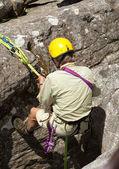 老人爬上岩石的绳索 — 图库照片
