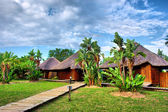 Path to wooden African chalets — Stock Photo