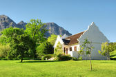Traditional Afrikaner house against mountains — Stock Photo