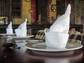 Arrangement of napkins on plates — Foto de Stock