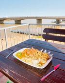 在贝尔格河旁的户外餐厅午餐 — 图库照片