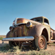 Rusty vintage car in desert — Stock Photo