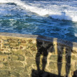 Shadow of a couple against sea waves — Stockfoto