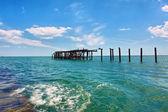 海上的木制废墟 — 图库照片