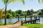 Drewniane molo nad jeziorem — Zdjęcie stockowe