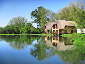 Traditional house next to lake — Foto Stock
