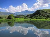 Sjön framför cathkin peak — Stockfoto