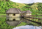 传统在湖上的房子 — 图库照片
