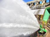 坝墙的喷泉 — 图库照片