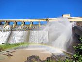 Arcobaleno di fronte a un muro della diga — Foto Stock