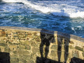 Shadow of a couple against sea waves — Stock Photo