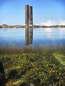 Pod vodou napůl obrázek starých přístavní stavby — Stock fotografie