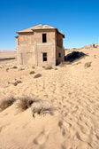 Old abandoned house in desert — Foto Stock