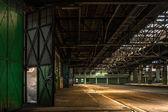 Donkere industriële interieur van een gebouw — Stockfoto