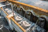 Воды, вытекающей из трубы — Стоковое фото
