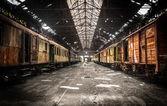 在废弃的火车站的老火车 — 图库照片