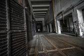 Donkere industriële interieur — Stockfoto