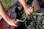 Man repairing motor block — Stockfoto