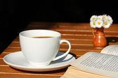Kahve ve kitap — Stok fotoğraf