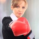 portret młodego przedsiębiorcy kobieta sobie Rękawice bokserskie — Zdjęcie stockowe