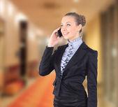 携帯電話で話しているビジネスの女性の肖像画の写真 — ストック写真