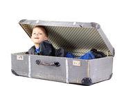 Baby i retro resväska, vit bakgrund — Stockfoto