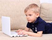 Petit garçon avec ordinateur portable — Photo