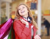 Piękna kobieta z torby na zakupy. — Zdjęcie stockowe