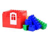 Ange färg plast byggstenar på vit isolerade bakgrund — Stockfoto