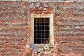 Janela histórica na parede — Fotografia Stock