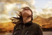 женщина на ветру — Стоковое фото