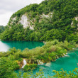 Beautiful clear blue lake and small waterfall in Plitvice — Stock Photo